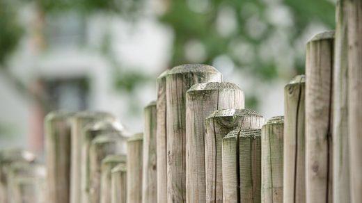 clôture constituée de poteaux en bois